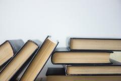 Книга записывает много Стог цветастых книг Предпосылка образования задняя школа к Книга, книги hardback красочные на деревянном с Стоковая Фотография RF