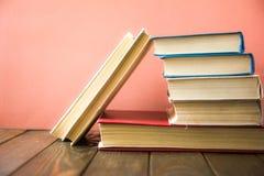 Книга записывает много Стог цветастых книг Предпосылка образования задняя школа к Книга, книги hardback красочные на деревянном с Стоковое Фото
