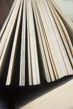 Книга записывает много Стог цветастых книг Предпосылка образования задняя школа к Книга, книги hardback красочные на деревянном с Стоковая Фотография