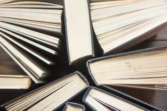 Книга записывает много Стог цветастых книг Предпосылка образования задняя школа к Книга, книги hardback красочные на деревянном с Стоковое Изображение