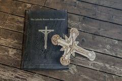 Книга изгнания нечистой силы на деревянном поле стоковые фото