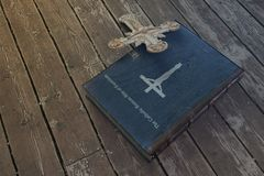 Книга изгнания нечистой силы на деревянном поле стоковая фотография rf