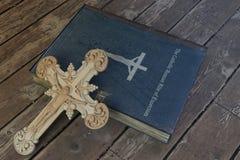 Книга изгнания нечистой силы на деревянном поле стоковые фотографии rf
