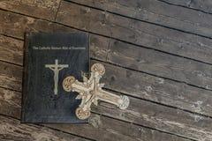 Книга изгнания нечистой силы на деревянном поле стоковые изображения