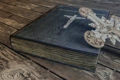 Книга изгнания нечистой силы на деревянном поле стоковые изображения rf