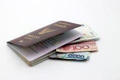 Книга и банкнота пасспорта Таиланда на белизне Стоковая Фотография
