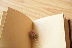 Книга и высушенный цветок Стоковые Фотографии RF