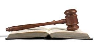 Книга и деревянный молоток на таблице постамент правосудия принципиальной схемы 3d золотистый представляет маштаб Стоковая Фотография RF