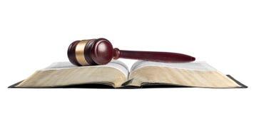 Книга и деревянный молоток на таблице постамент правосудия принципиальной схемы 3d золотистый представляет маштаб Стоковое Изображение RF