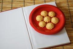 Книга и печенья Стоковая Фотография