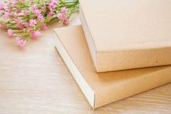 Книга и розовые цветки Стоковая Фотография