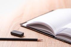 Книга и стекла на деревянной таблице Стоковые Изображения
