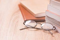 Книга и стекла на деревянной таблице Стоковое Изображение RF