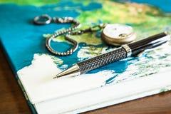 Книга карты, ручки, карманный вахта Стоковое Фото