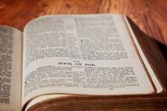 Книга короля Джеймс Библии работы на деревенской деревянной предпосылке стоковые фото