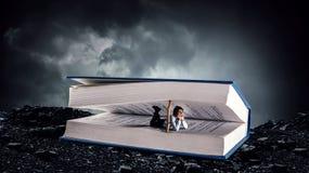 Книга которая принимает вас к другой реальности Мультимедиа стоковая фотография