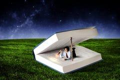 Книга которая принимает вас к другой реальности Мультимедиа стоковые изображения