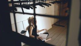 Книга молодого танцора девочка-подростка плача и срывая сидит на поле в зале внутри помещения акции видеоматериалы
