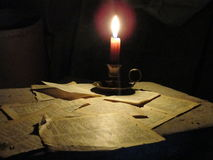 Книга освещает темноту Стоковое фото RF