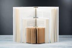 книга открытая Белые книги на деревянном столе, черной предпосылке доски задняя школа к Концепция образовательного бизнеса Стоковое Фото
