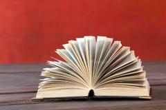 Книга открытая и красная стена Стоковые Фотографии RF