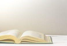 книга открытая Назад к школе или библиотеке скопируйте космос Тонизированное ретро изображение Стоковая Фотография