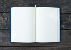 Книга открытая на таблице Стоковые Изображения