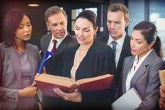 Книга по праву чтения юриста и взаимодействовать с бизнесменами стоковые фотографии rf