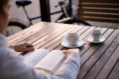 книга предпосылки создала женщину чтения ps Стоковые Изображения