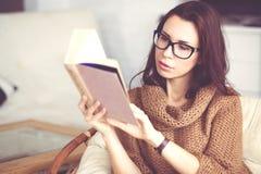 книга предпосылки создала женщину чтения ps Стоковые Фотографии RF