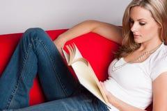 книга предпосылки создала женщину чтения ps Стоковое фото RF