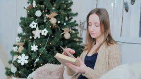 книга предпосылки создала женщину чтения ps Стоковое Фото