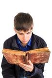 книга прочитала подросток Стоковые Фотографии RF