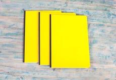 Книга пустой крышки на древесине Стоковые Фото