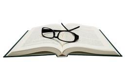 Книга раскрытая при Eyeglasses изолированные на белизне Стоковое Изображение RF