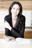 Книга рецепта чтения женщины Стоковое Фото