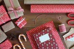 Книга рождества упаковки на деревянном столе Стоковое Фото