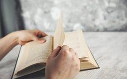 Книга руки женщины стоковые фотографии rf