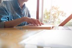 Книга руки крупного плана открытая для читать предпосылку концепции Стоковая Фотография