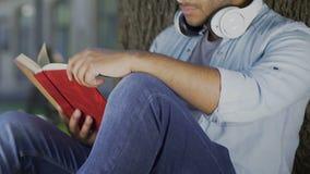 Книга само-улучшения чтения молодого человека outdoors, образование для будущего успеха акции видеоматериалы