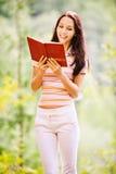 книга симпатичная читает детенышей женщины Стоковое Фото