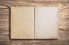книга старая над сбором винограда таблицы деревянным Стоковое Изображение RF