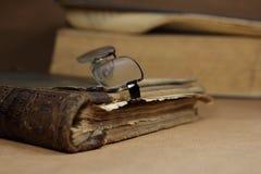Книга стара, стекла, Стоковая Фотография