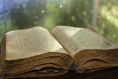 Книга старого Корана падуба исламская Стоковое Изображение