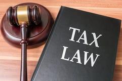 Книга с налоговыми законами Правосудие и концепция законодательства стоковое изображение rf