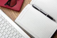книга с ручкой и keyborad Стоковое Изображение RF
