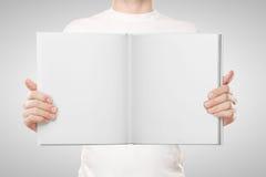 Книга удерживания человека стоковое фото rf
