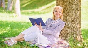 Книга улучшения собственной личности Дама дела находит минута для чтения книги улучшить ее знание Улучшение и образование собстве стоковое фото rf