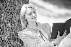 Книга улучшения собственной личности Улучшение собственной личности и концепция образования Дама дела находит минута для чтения к стоковые фотографии rf