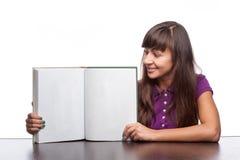 Книга удерживания девушки открытая Стоковые Фотографии RF